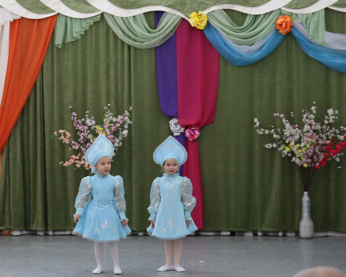 Две танцующие девочки